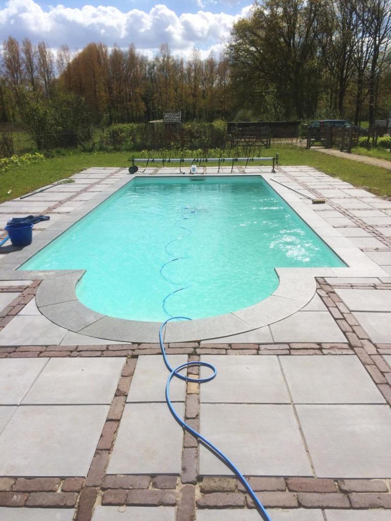 Inmeten graven plaatsen en afwerken zwembad